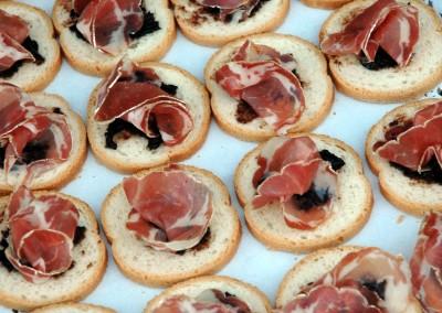 chiffonade de coppa sur confiture d'olive